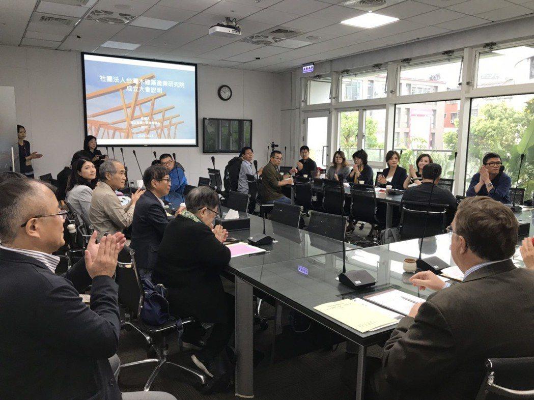 活動集結木構造建築相關官、產、學,透過平台的聯繫管道,增進彼此在建築技術研究、法...