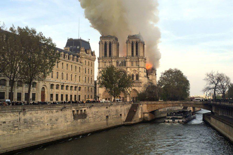 擁有800年歷史的巴黎聖母院驚傳火警。 美聯社