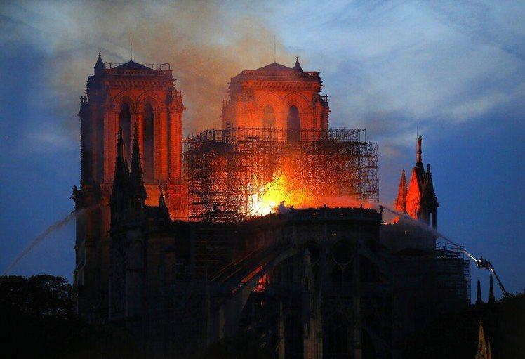 巴黎聖母院驚傳火警。 美聯社