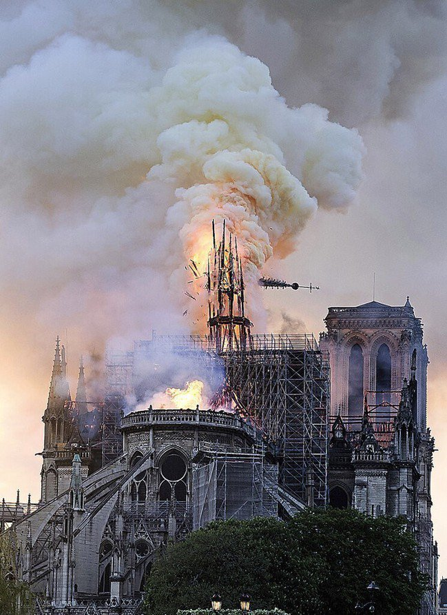 巴黎聖母院驚傳火警,建築頂部尖塔被燒毀。 美聯社