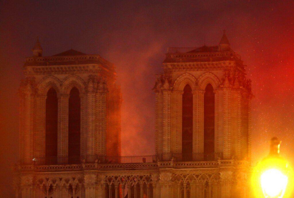 擁有800年歷史的巴黎聖母院驚傳火警。 美聯社 美聯社