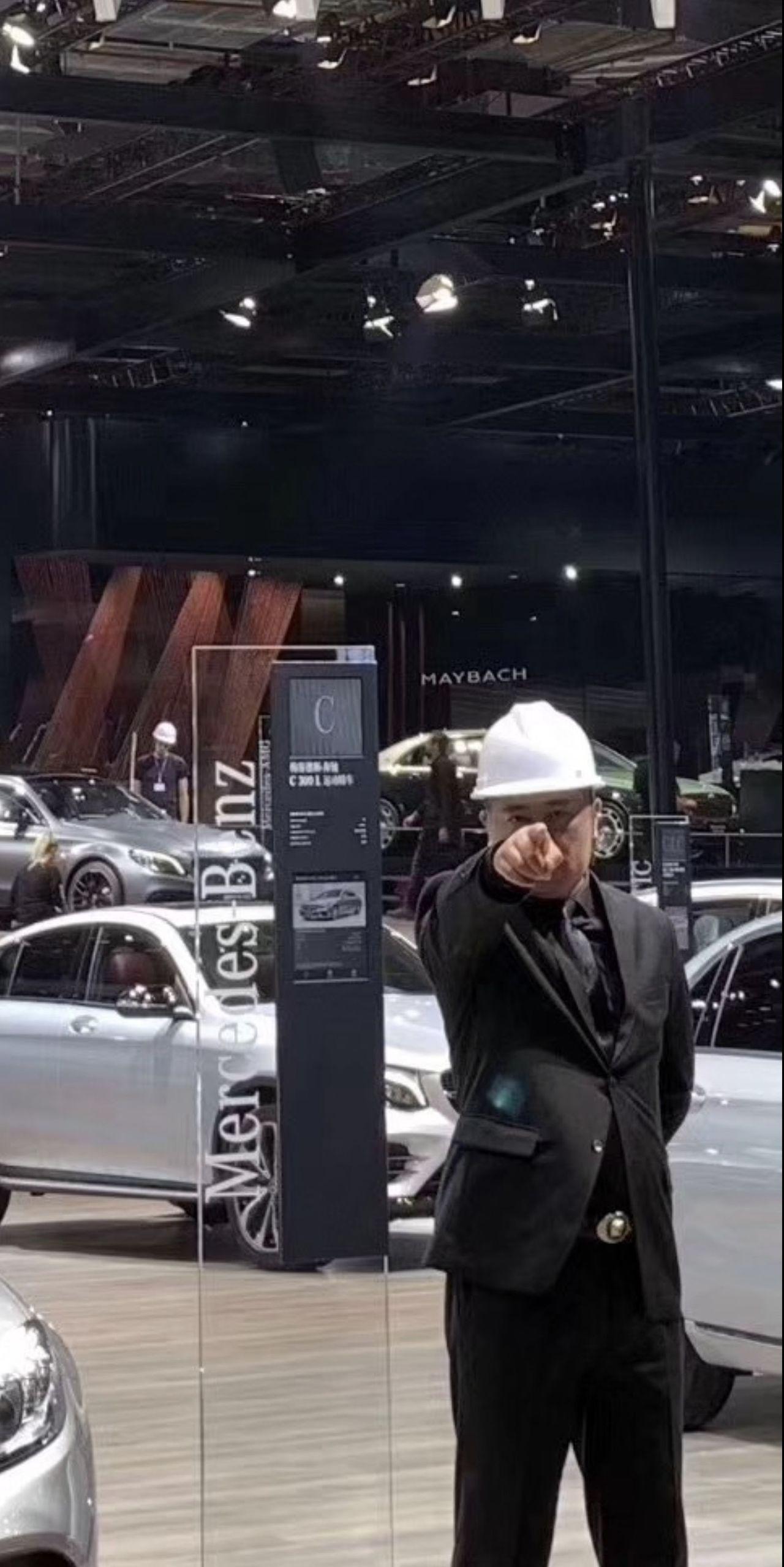 如臨大敵!上海車展奔馳展台保安全場最多還都戴了頭盔 取材自微博