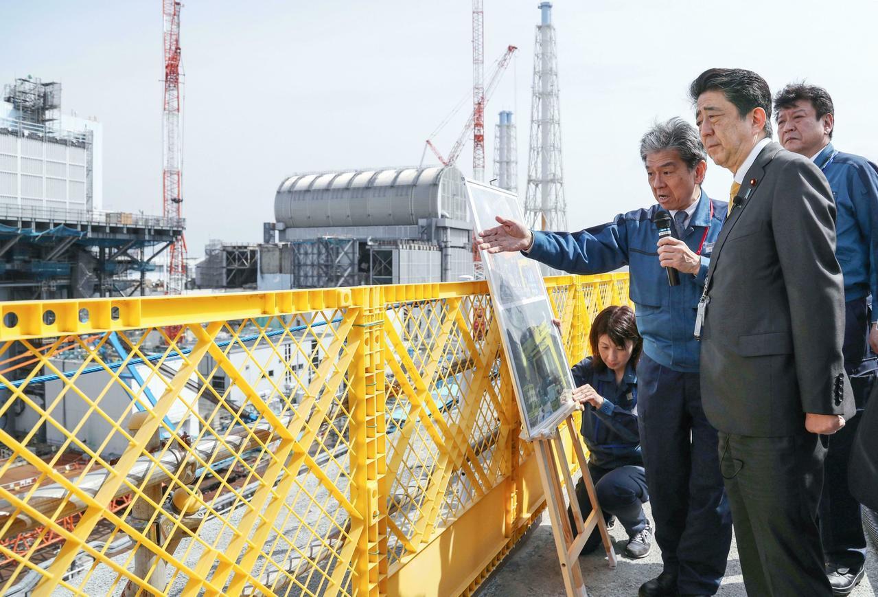 泯除對福島食品負面印象,安倍5年後再訪核電廠不穿防護衣。 美聯社