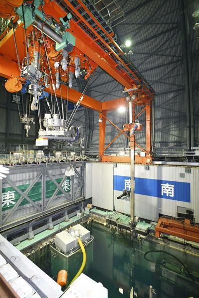 福島核災8年,燃料棒移除工作啟動,比預定晚4年。 美聯社