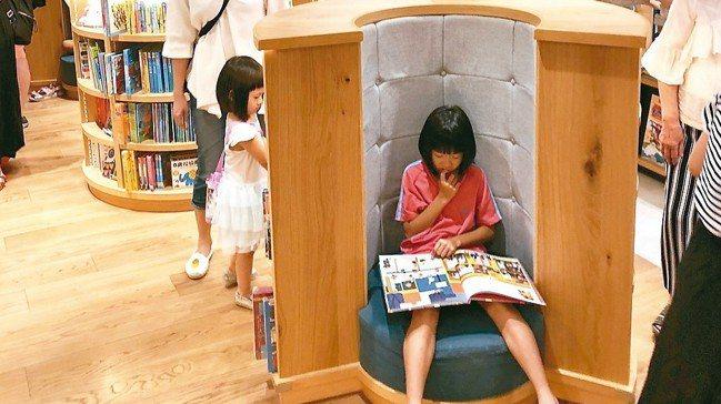 蔦屋書店到台中開張,環抱型一人座成為小讀者最愛。 記者何定照/攝影