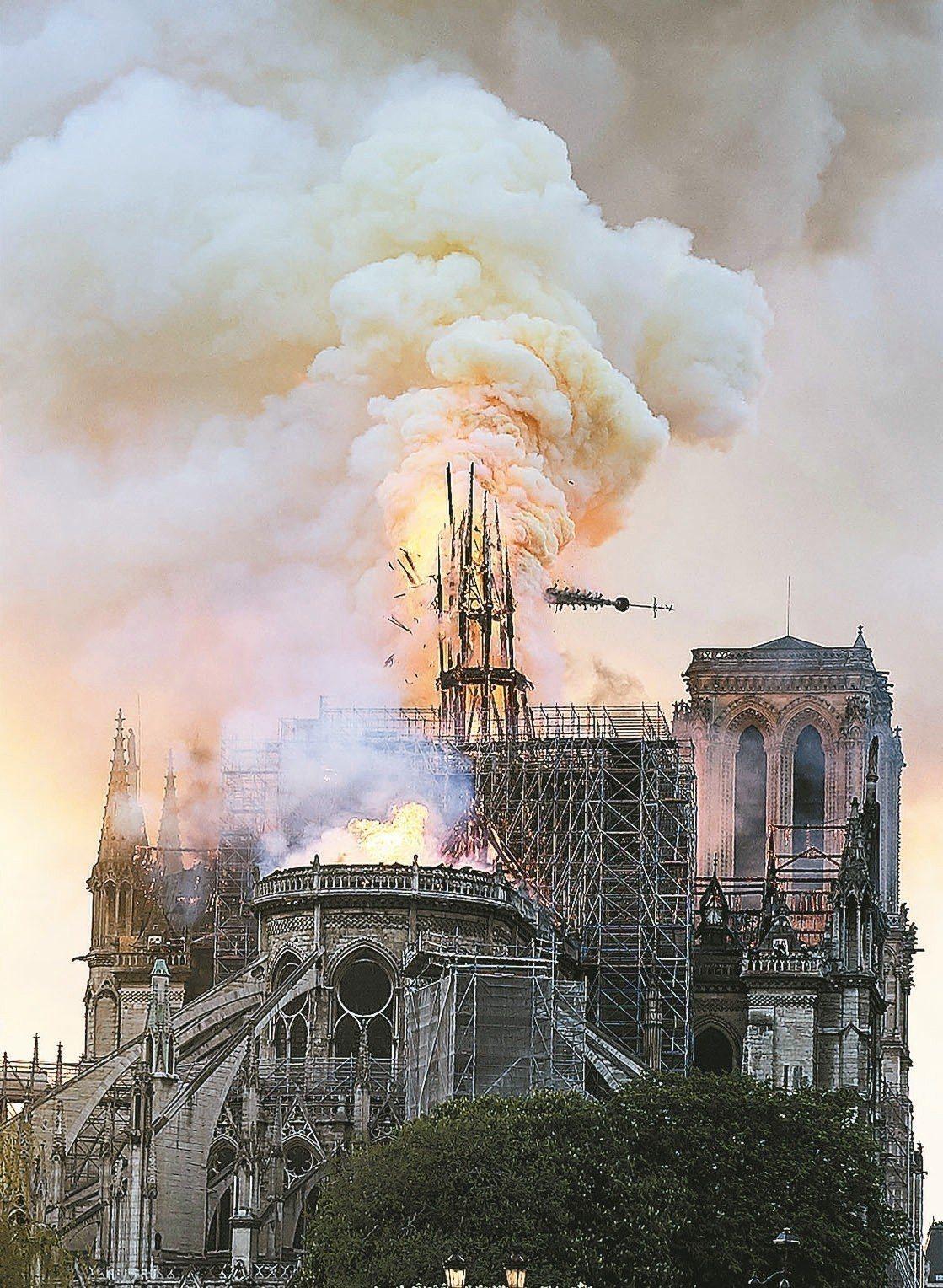 巴黎聖母院15日發生火災,教堂尖塔遭熊熊烈焰燒毀倒塌。 美聯社