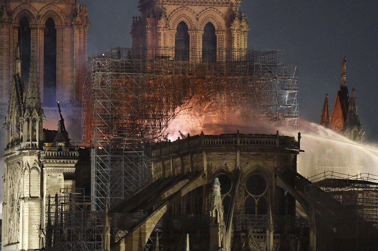 巴黎聖母院發生大火,消防員緊急搶救。 歐新社
