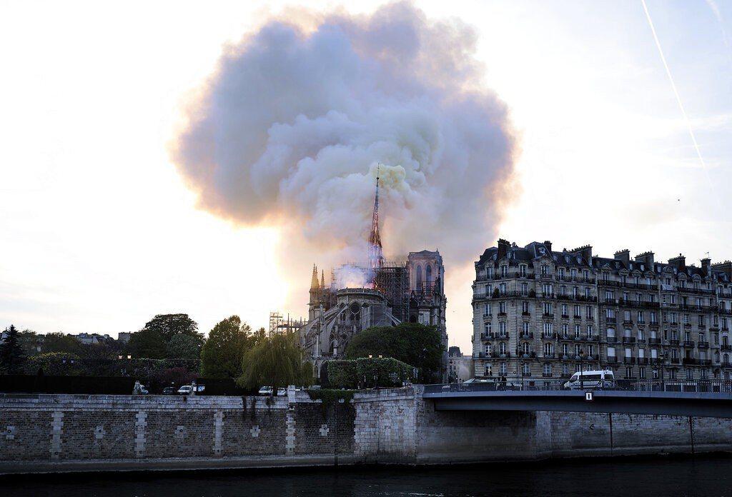 消防人員今天表示,聖母院火勢大多已獲控制。 美聯社