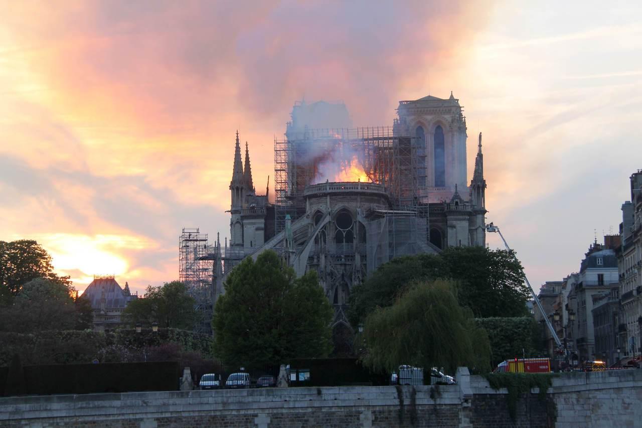 當地時間4月15日晚,法國首都巴黎的著名地標巴黎聖母院發生大火,受損嚴重。大批消...