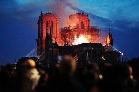 巴黎聖母院大火浩劫:烈焰摧毀尖塔與屋頂,主結構危急