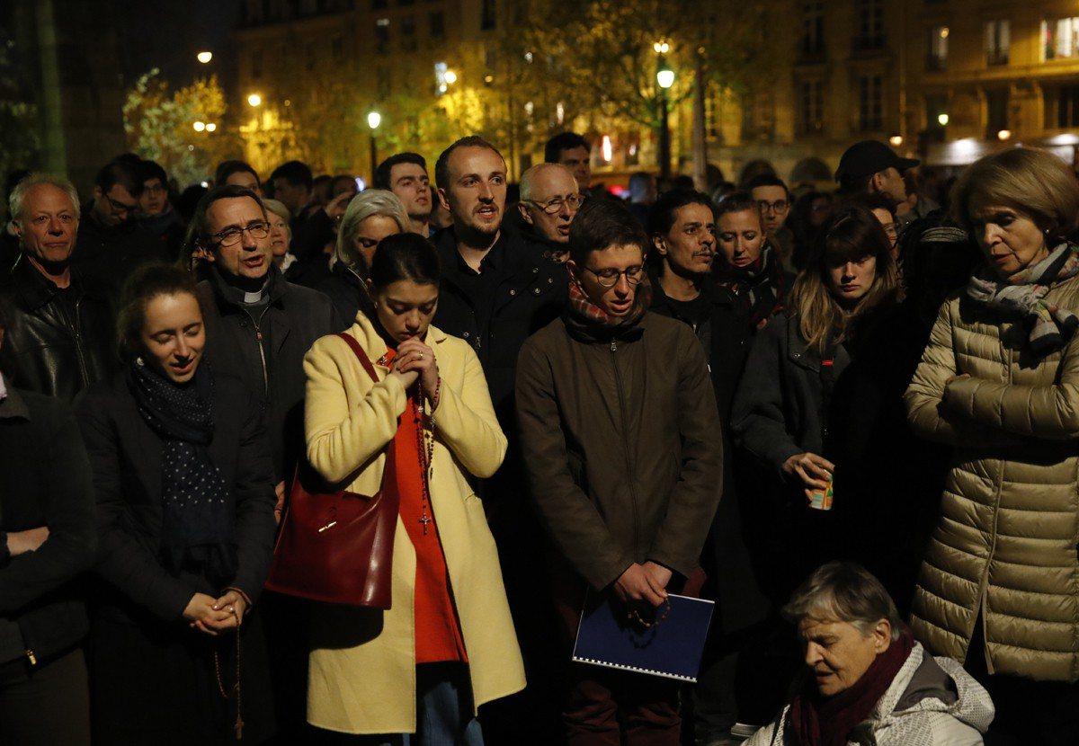 火燒法國巴黎聖母院,民眾焦急難過關心最新狀況。美聯社
