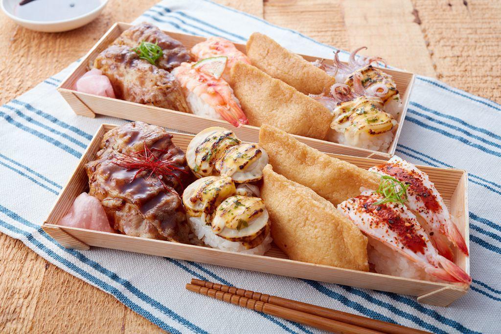 「炙燒牛小鮮貝」($100/盒)內含物:炙燒牛肉握壽司佐紅椒絲、泰式甜辣蝦壽司、...