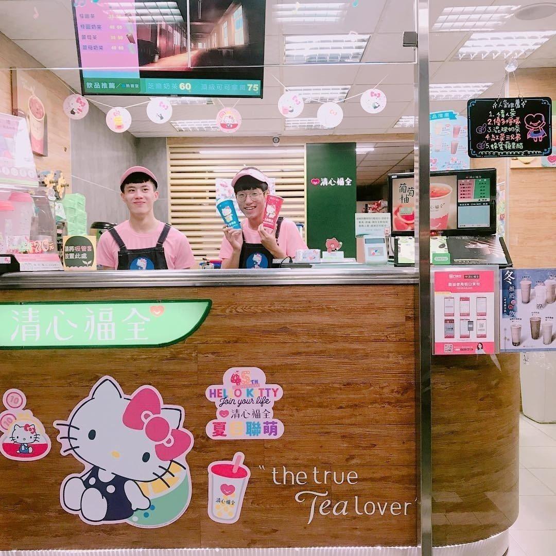 圖/清心福全店內佈景充滿Hello Kitty,店員以粉衣粉帽的服裝搭配。擷取自...