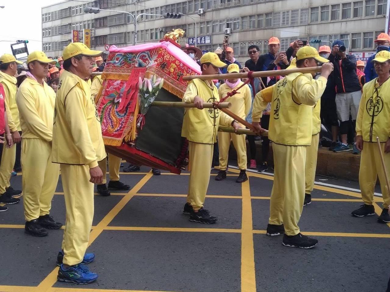 白沙屯媽祖的轎鑾在回鑾時以綠色帆布覆蓋,有其特別的意義。圖擷自photo c...