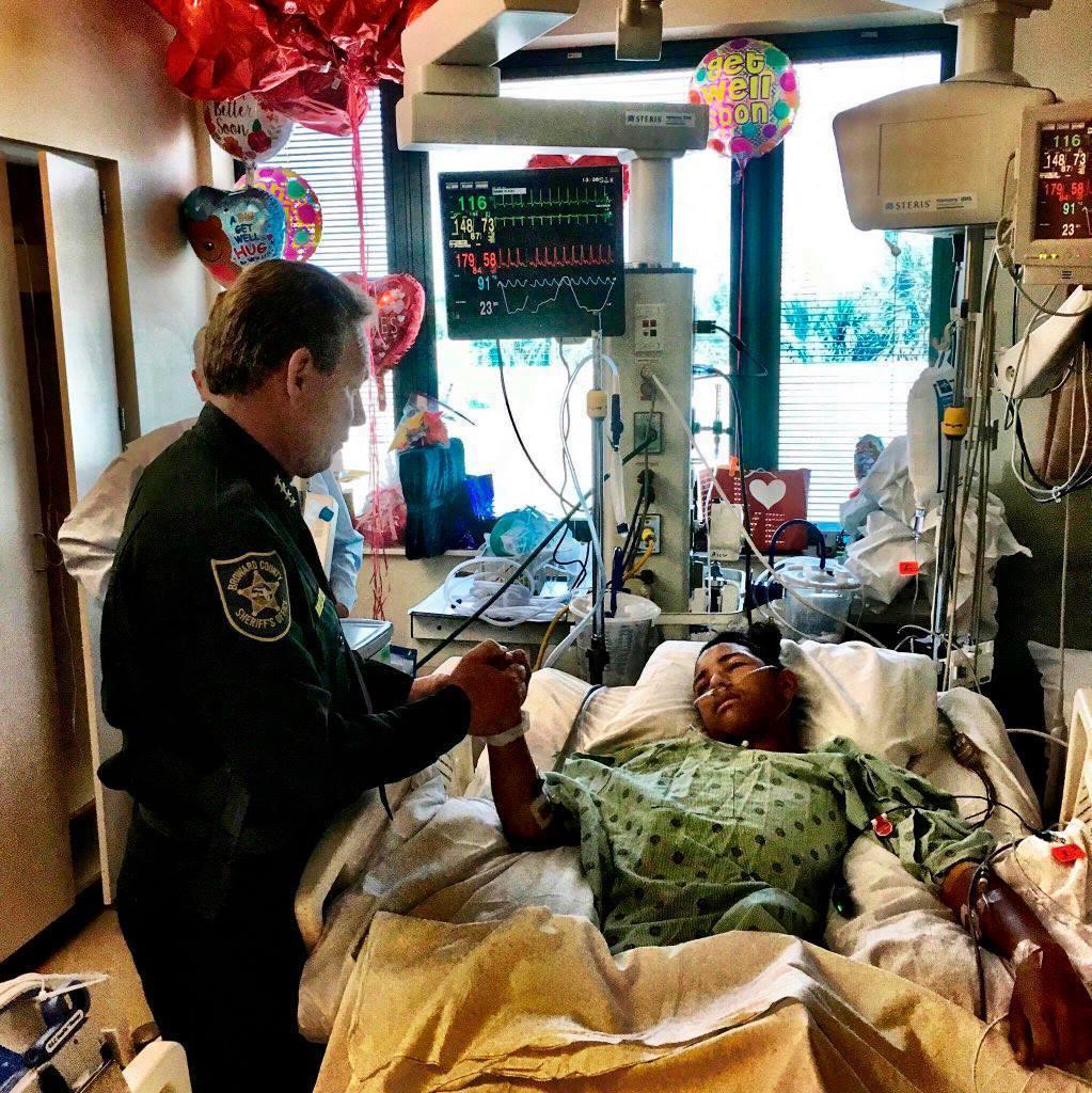 《南佛州太陽-哨兵報》也控訴地方校區,對於學校維安的怠忽職守——像是在槍擊案過程...
