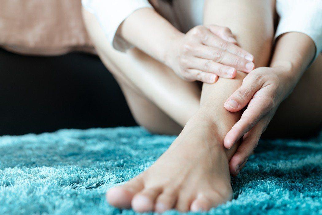 在醫師、護理師的許可下,多希望家人在探望時間能為患者做一些關節活動、按摩、塗乳液...