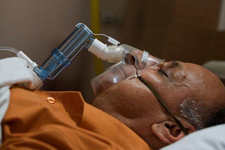 一旦生命徵象穩定,醫師會協助安排轉到普通病房靜養,若有插管、氣切可能會轉往呼吸照...