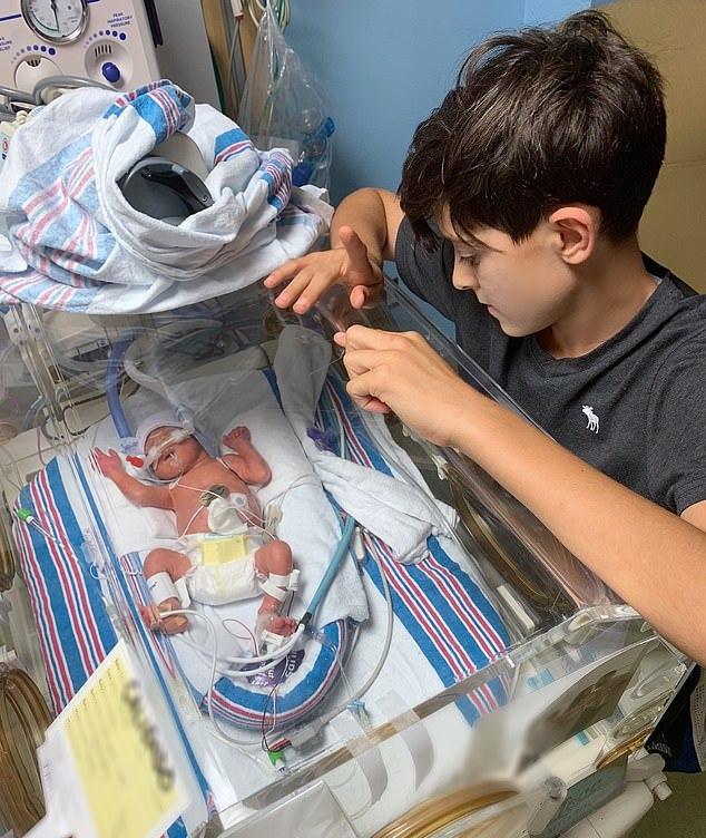 翠西剖腹生下第三胎,早產的狄倫當時曾在加護病房觀察三個月。圖擷自《每日郵報》