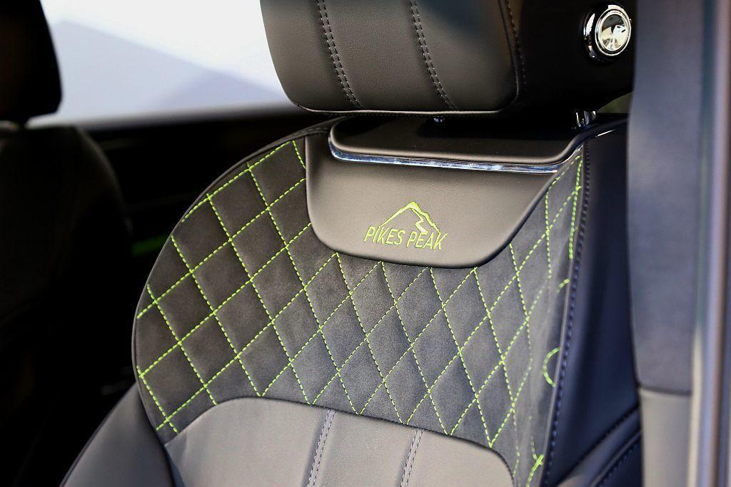 座椅採用黑色Alcantara麂皮與螢黃(Key Lime)對比車縫線,交織舒適...