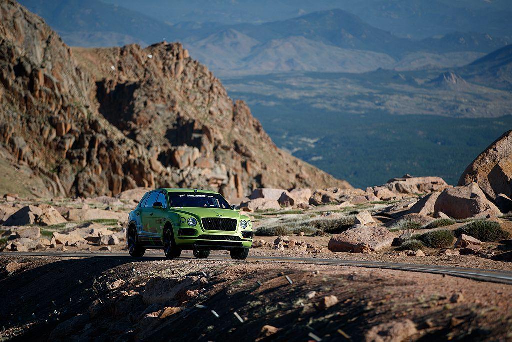 Bentley僅針對安全考量對Bentayga進行極少幅度調整,搭載未經改裝的6...