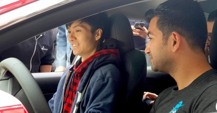 ▲大獎得主 Fluoroacetate 隊 Richard Zhu 在Model 3 車內。Photo Credit: ZDI Blog