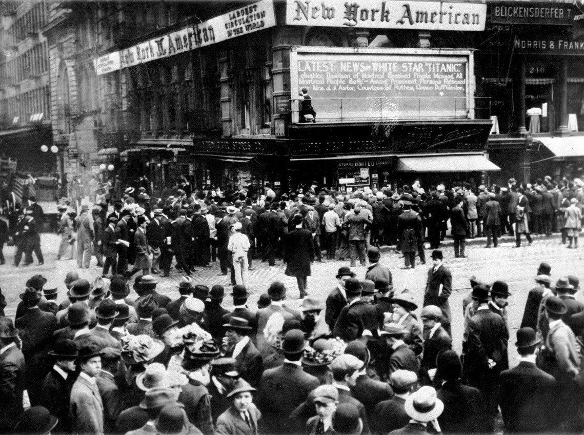 「不沉之船沉沒了?你確定這不是假新聞?」照片是1912年4月15日的紐約,群眾聚...