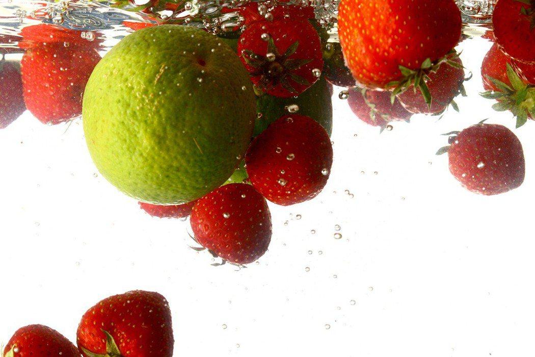 專家都建議,洗蔬果不需用鹽巴、醋、洗米水、小蘇打粉等,只要用流動清水洗大約10分...