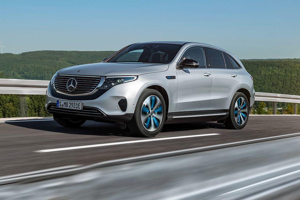 平均一輛汽車每日約有超過九成時間處於閒置狀態,只要善用這些閒置時間,讓車輛能夠在辦公地點附近或家裡充電,僅需使用一般交流電充電系統,便能自然地讓車輛在需使用時擁有充沛的電量。 圖/Mercedes-Benz提供