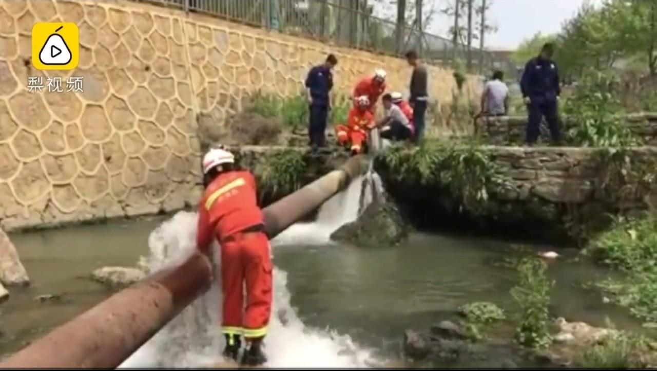 中國大陸貴州一名2歲半男童在河邊嬉戲不慎落水後,被河道中直徑70公分的鐵管吸入。...
