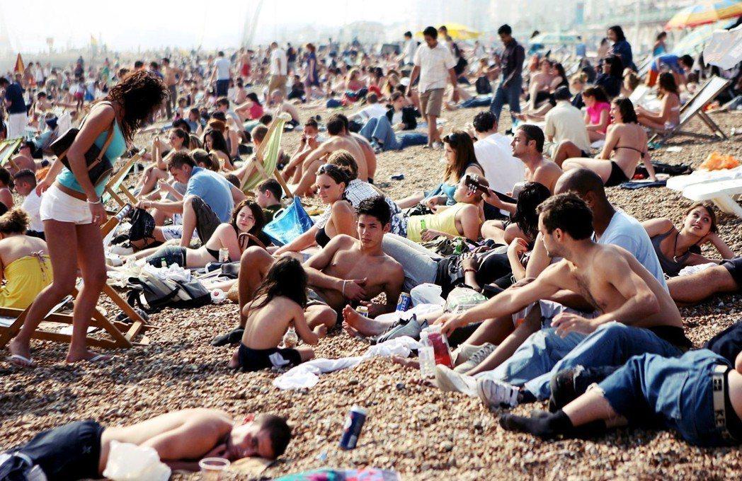 就算到了21世紀,要廢除假期,英國民眾也是會暴動的...。圖為放假中的英格蘭濱海...