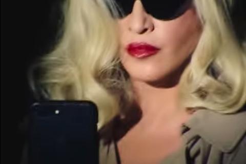 現年60歲的英國樂壇流行女王瑪丹娜,繼「Rebel Heart」之後,昨宣布再推出新專輯「Madam X」,新專輯的預告,她時而化身成為拿著紅酒杯,畫著細眉的黑短髮女子,其中一款她戴上金假髮、戴著墨...