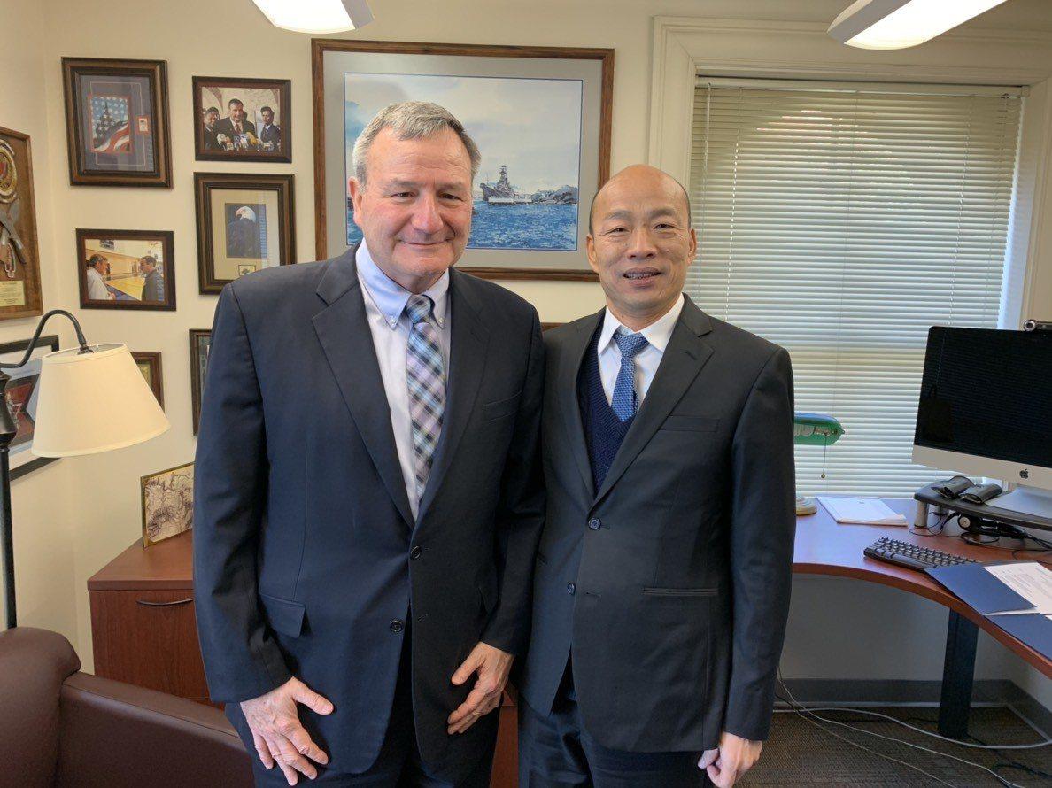 高雄市長韓國瑜美西時間15日上午在史丹佛大學與學生座談,中午有場不公開午宴,與美...