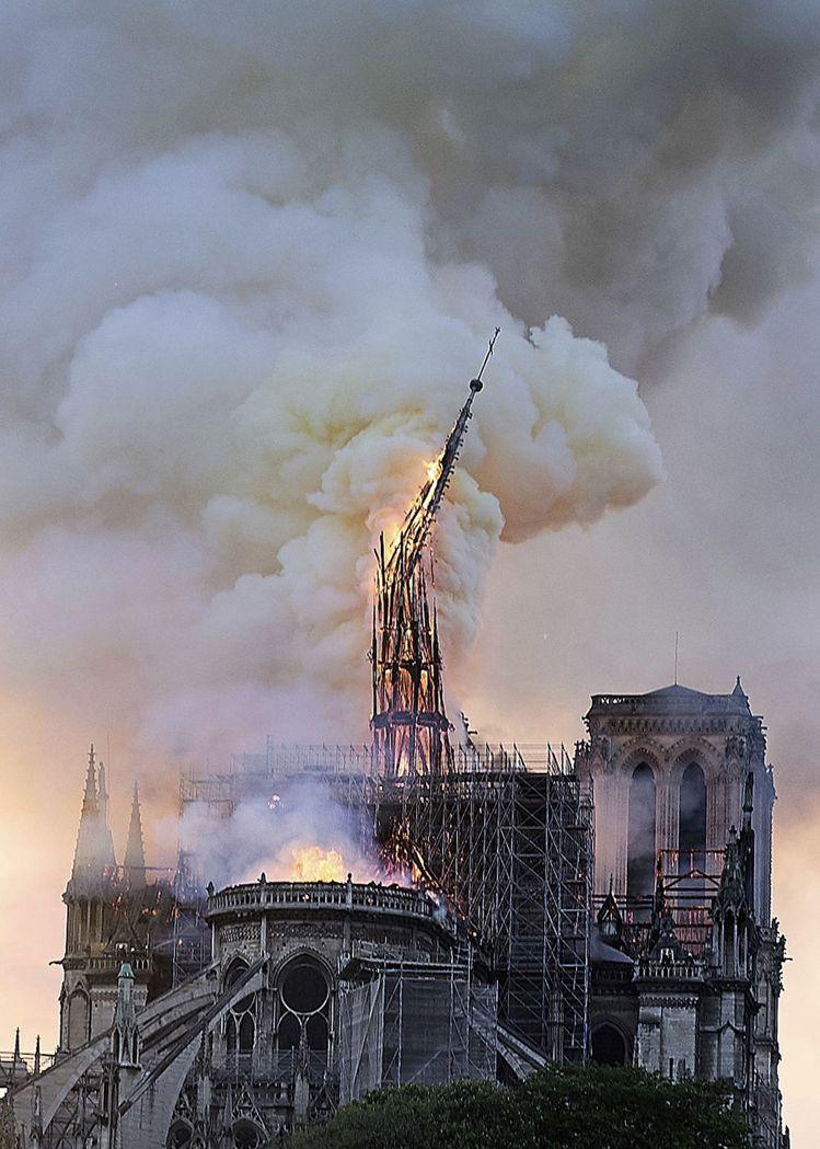 聖母院遭大火,鐘樓和門面得以保全。美聯社