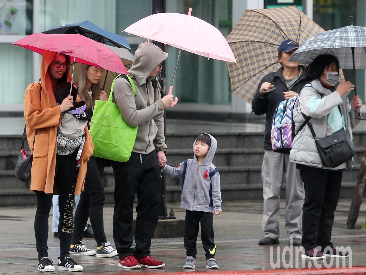 中央氣象局說,受到鋒面在台灣附近生成並緩慢通過影響,凌晨開始西半部及東北部出現了...