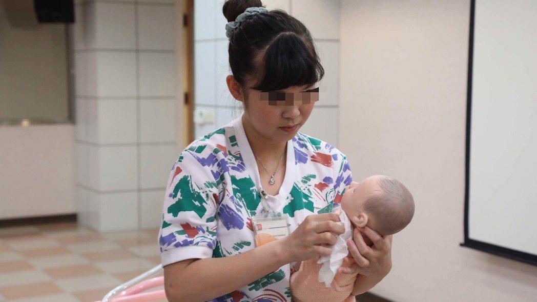 開業醫師張美玉表示,依現代人工生殖科技,無精症患者可透過睪丸切片取精提高受孕率,...