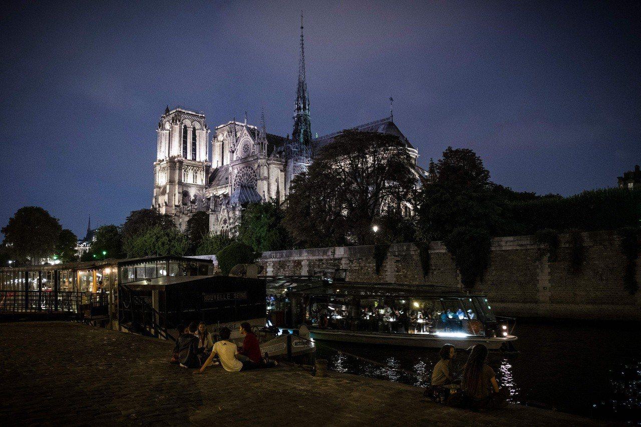 巴黎聖母院夜景。(彭博資訊)
