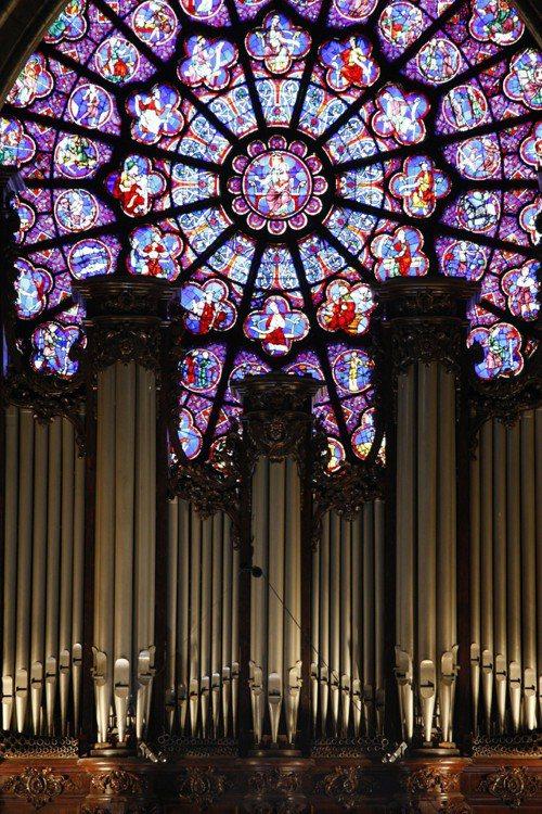聖母院的玫瑰花窗極具特色。 (彭博資訊)