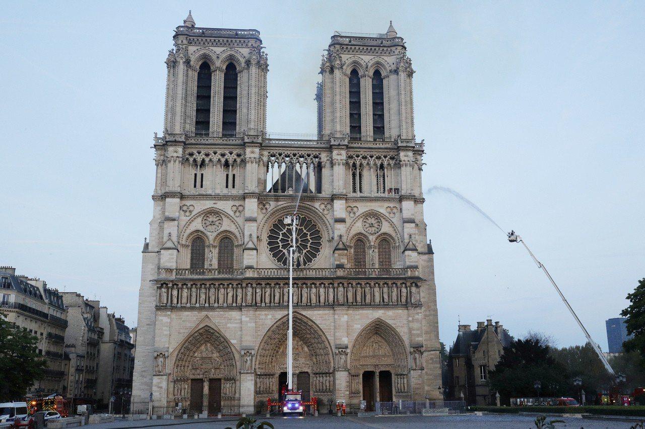 法國巴黎聖母院在當地時間15日傍晚六點多發生大火,經消防員搶救近四小時,保住主體...