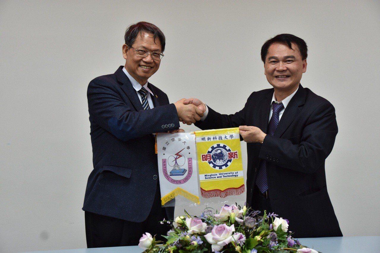 明新科大校長林啟瑞(左)與空中大學校長陳松柏代表雙方出席策略聯盟簽署儀式。圖/校...