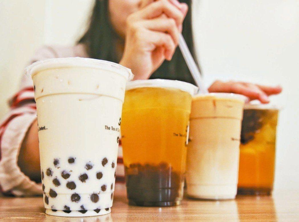 世界各地的含糖飲料消費量十分驚人,這些高熱量飲料早已被視為和肥胖風險增高有關,而...