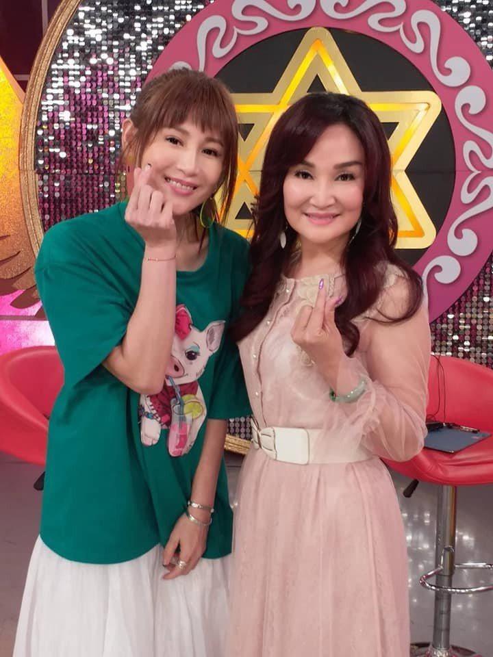 台語歌手李素專(右)日前上JET「命運好好玩」。圖/摘自臉書