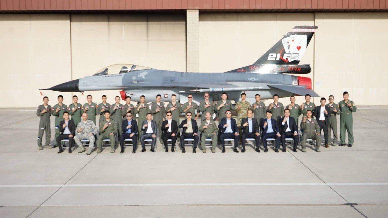 空軍司令張哲平日前赴美訪問路克基地,與台美兩軍飛官合影。圖/空軍