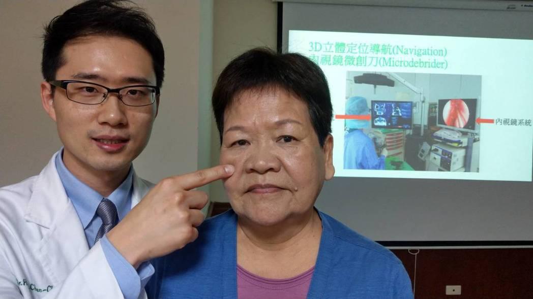 醫師黃承楨(左)說明,魏姓婦人(右)經接受3D立體定位導航內視鏡手術治療,住院1...