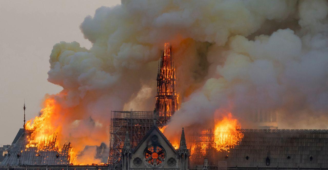 巴黎有850年歷史的聖母院15日晚上遭祝融。法新社
