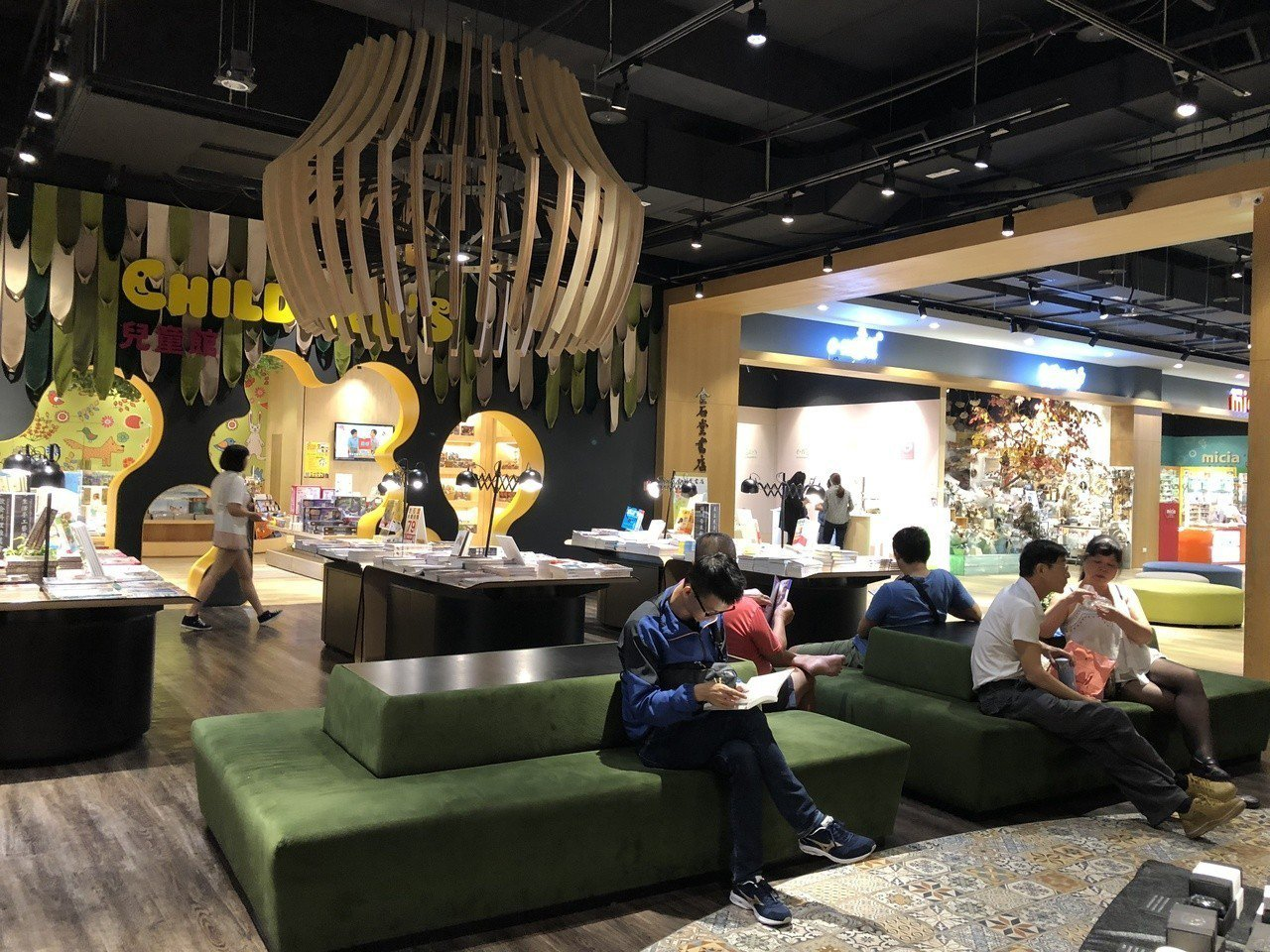 金石堂秀泰小書房堪稱台中最豪華的書店,座位區處處不同。記者何定照/攝影