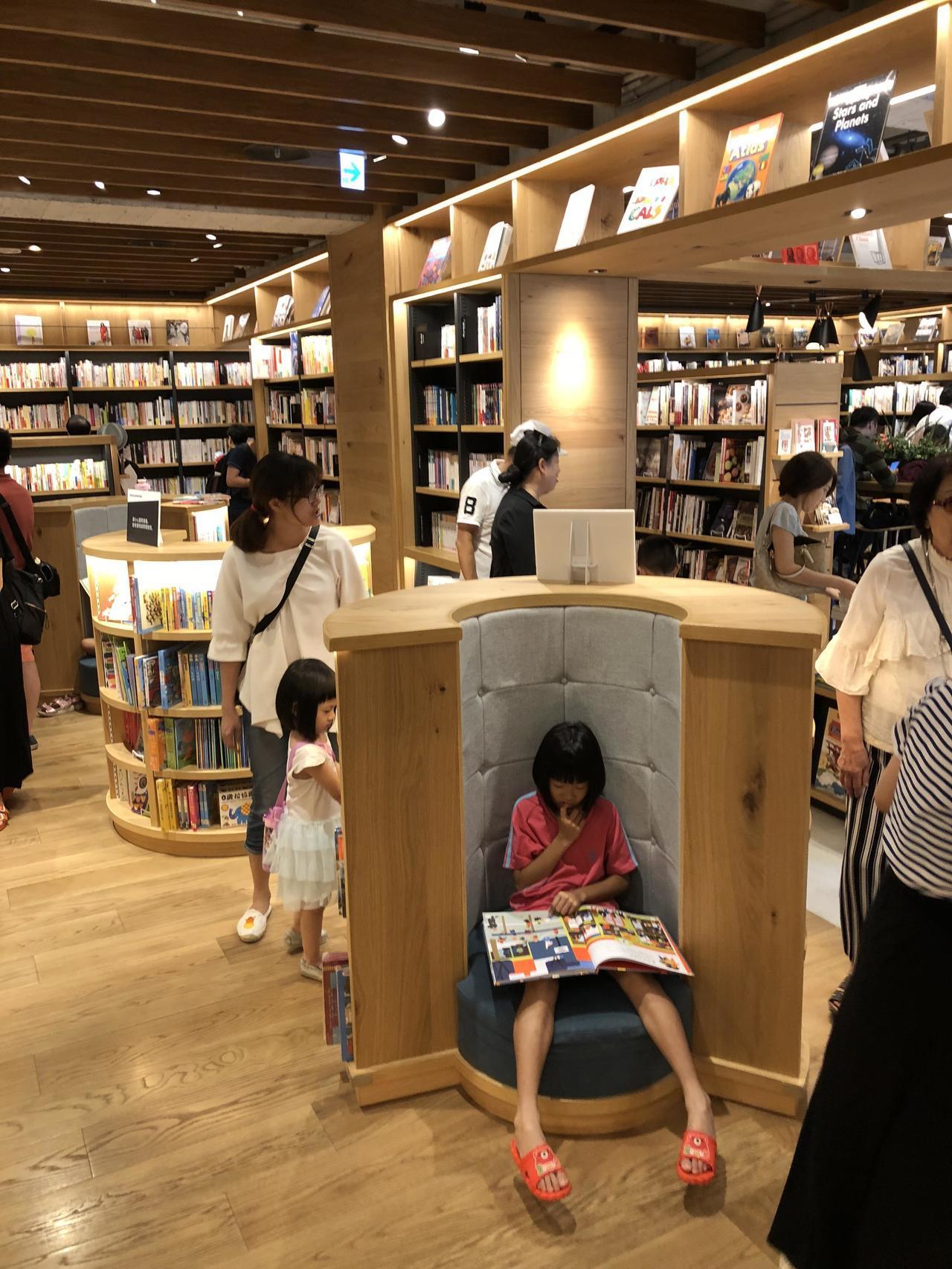 蔦屋書店TSUTAYA到台中開張,童書區的環抱型一人座,成為小讀者最愛。記者何定...