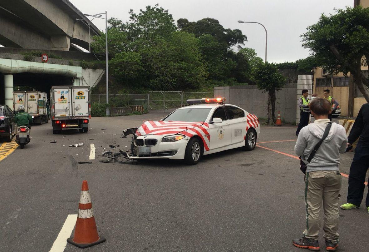 紅斑馬在濱江小隊駐地門口發生車禍。記者林昭彰/翻攝