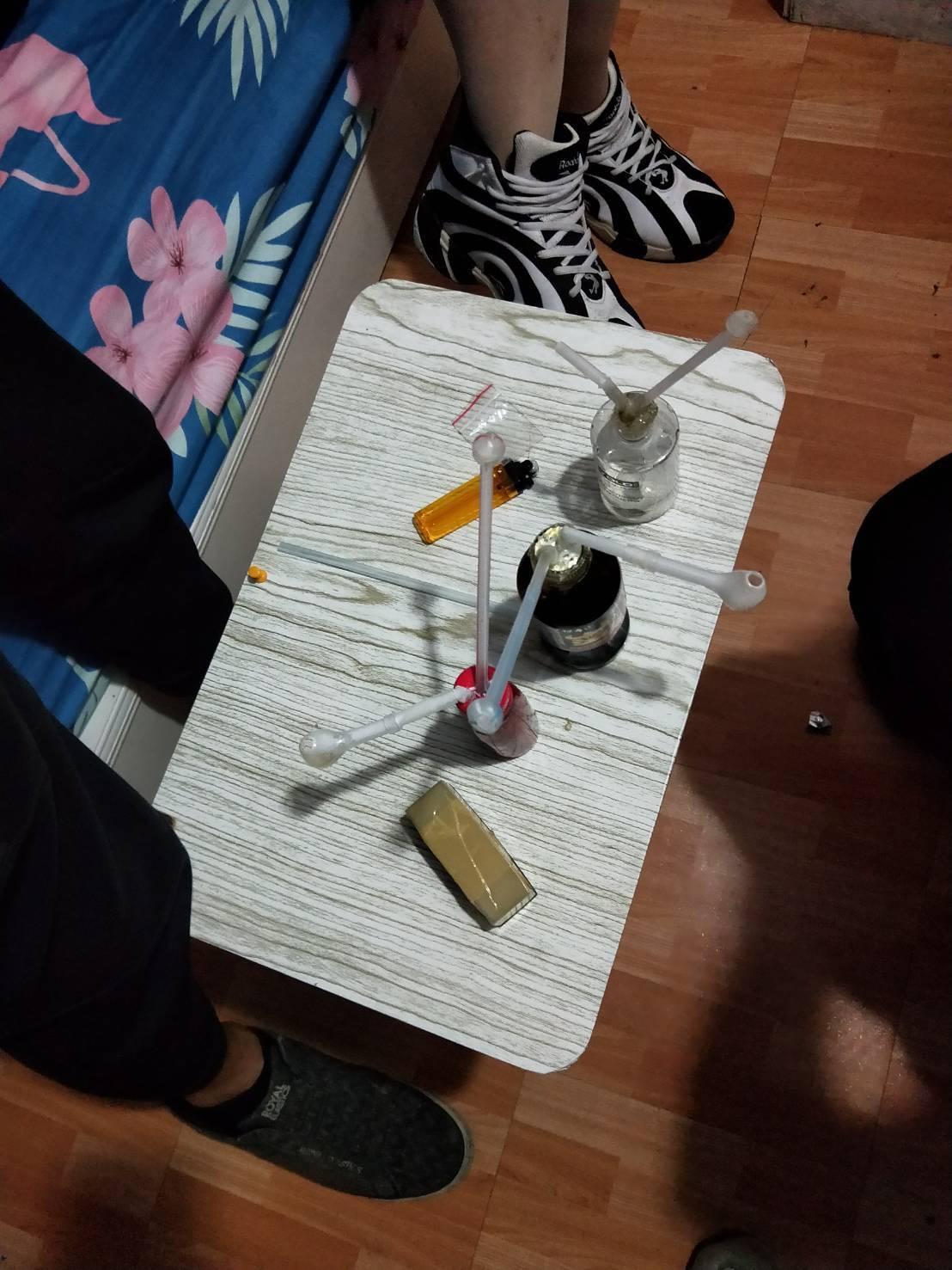 警方搜出毒品與吸食器。記者林敬家/翻攝