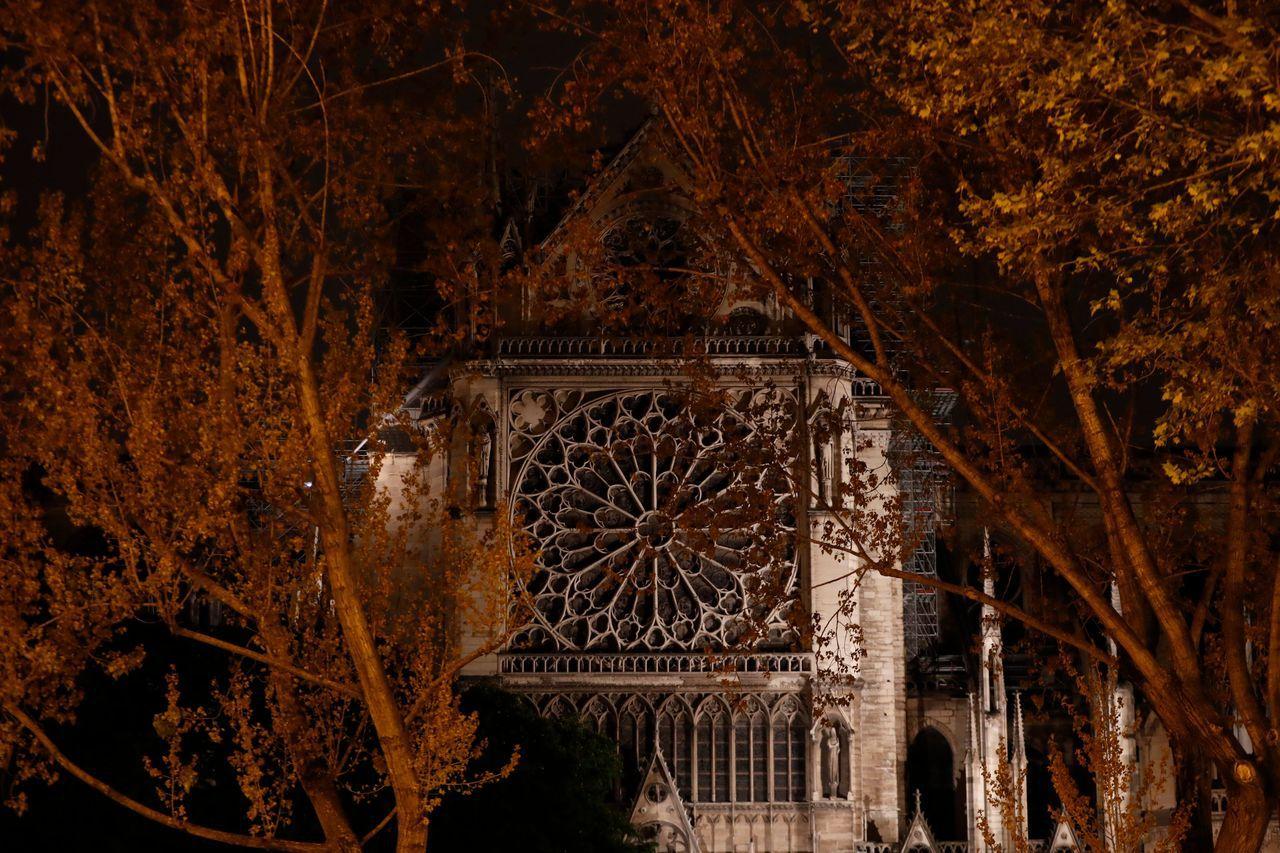 聖母院教堂外側的玻璃花窗。法新社