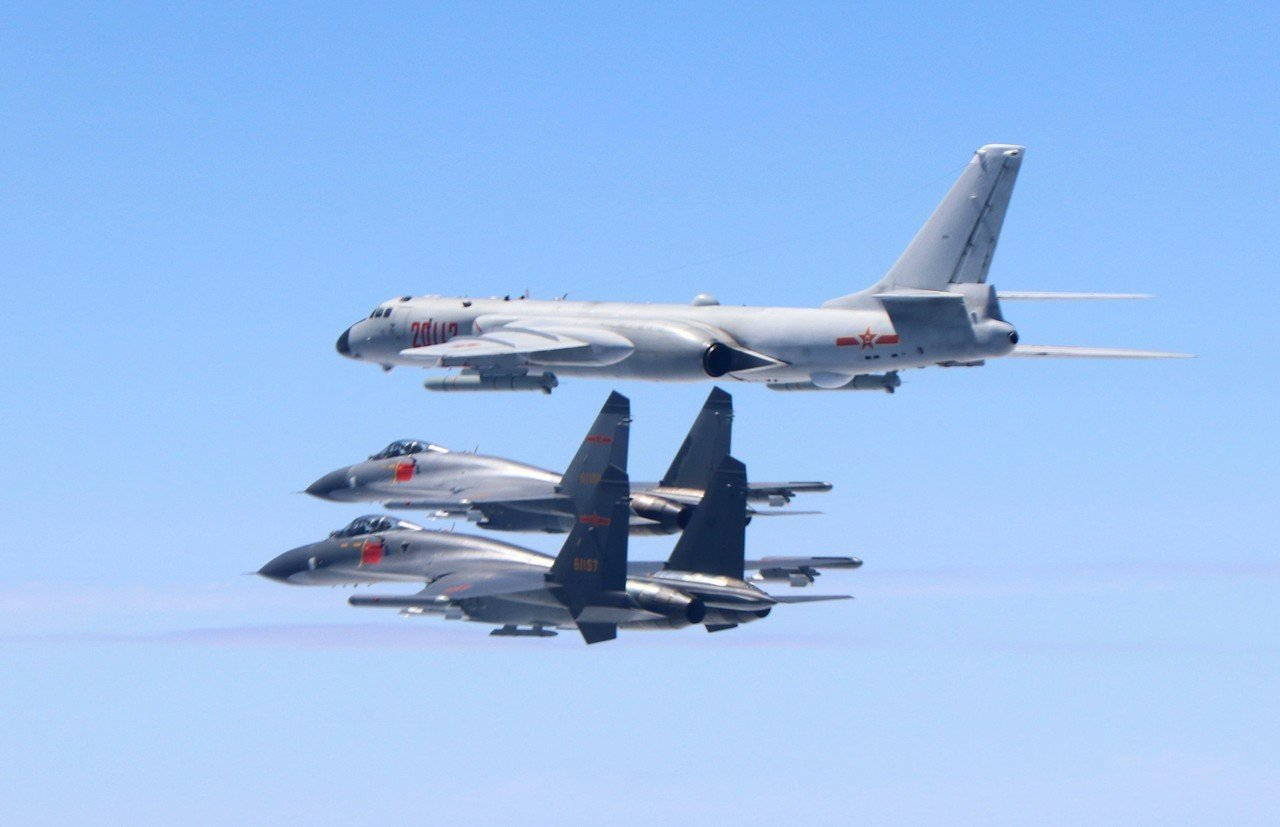 去年5月11日,中共空軍殲-11戰機與轟-6K戰機編隊繞行台灣。 (新華社資料照...